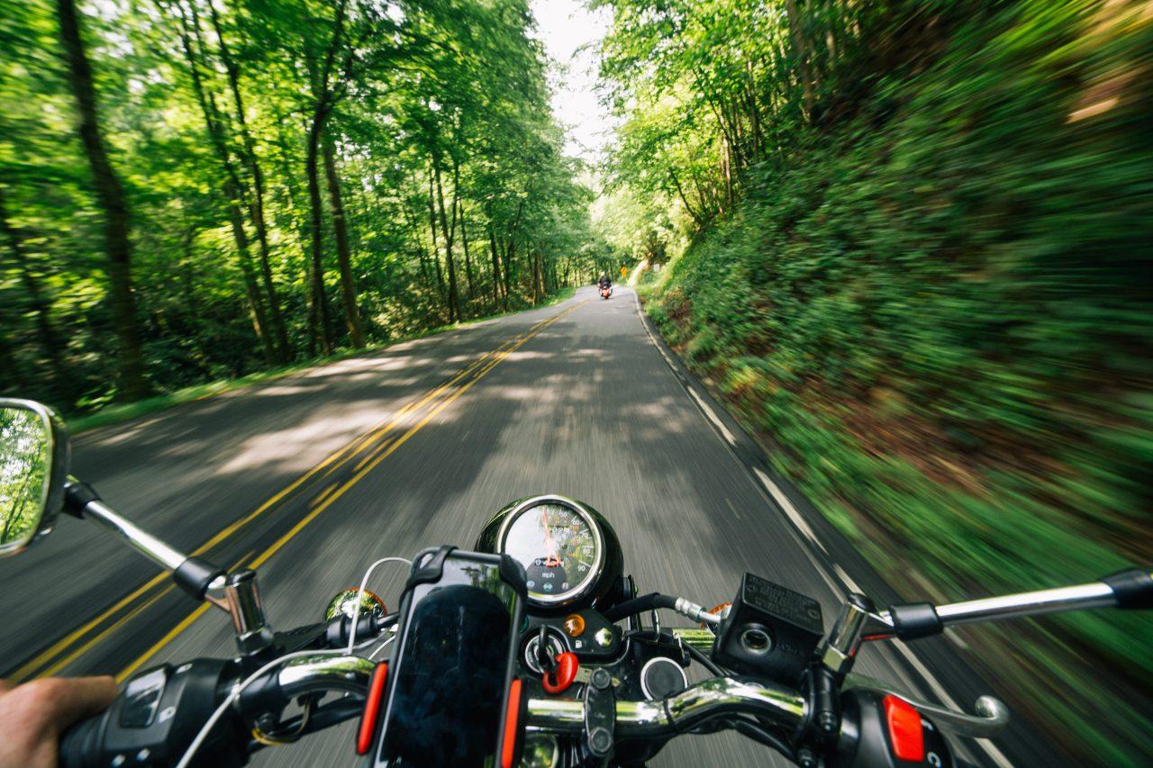 https://triboot.de/wp-content/uploads/2019/09/action-asphalt-bike-rider-2396045-1280x853.jpg